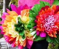 Květiny z krepového papíru